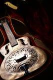 Εκλεκτής ποιότητας κιθάρα σε περίπτωση που στοκ εικόνες