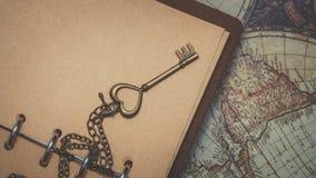Εκλεκτής ποιότητας κλειδί στο καφετί βιβλίο στοκ φωτογραφίες