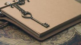 Εκλεκτής ποιότητας κλειδί στο καφετί βιβλίο στοκ φωτογραφία