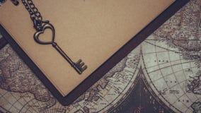 Εκλεκτής ποιότητας κλειδί στο καφετί βιβλίο στοκ φωτογραφία με δικαίωμα ελεύθερης χρήσης