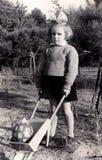 Εκλεκτής ποιότητας κορίτσι με wheelbarrow Στοκ Εικόνες