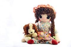 Εκλεκτής ποιότητας κούκλα κουρελιών κοριτσιών με το κουτάβι της  παρουσιασμένος σε ένα σαφές άσπρο υπόβαθρο στοκ φωτογραφία με δικαίωμα ελεύθερης χρήσης