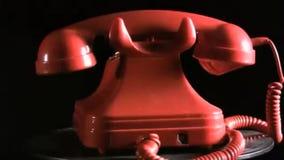 Εκλεκτής ποιότητας κόκκινο τηλέφωνο σε έναν πίνακα στροφής απόθεμα βίντεο