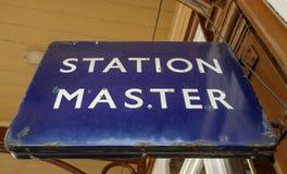 Εκλεκτής ποιότητας κύριο σημάδι σταθμών που βλέπει σε μια πλατφόρμα σιδηροδρόμων ατμός-εποχής Στοκ Εικόνα