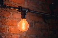 Εκλεκτής ποιότητας λάμπα φωτός στον καφέ ύφους σοφιτών τουβλότοιχος στοκ φωτογραφία με δικαίωμα ελεύθερης χρήσης