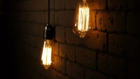 Εκλεκτής ποιότητας λάμπα φωτός του Edison ινών Τα φω'τα λαμπτήρων επάνω στο σκοτάδι Ο πυρακτωμένος λαμπτήρας με μια ίνα βολφραμίο απόθεμα βίντεο