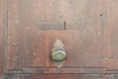 Εκλεκτής ποιότητας λαβή πορτών σε μια ξύλινη μπροστινή πόρτα Στοκ φωτογραφία με δικαίωμα ελεύθερης χρήσης