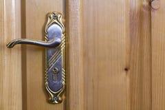 Εκλεκτής ποιότητας λαβή πορτών στην ξύλινη κινηματογράφηση σε πρώτο πλάνο πορτών Στοκ Εικόνα