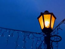 Εκλεκτής ποιότητας λαμπτήρας οδών σε ένα υπόβαθρο νύχτας με μια επίδραση θαμπάδων closeup στοκ εικόνα με δικαίωμα ελεύθερης χρήσης
