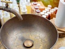 Εκλεκτής ποιότητας λεκάνη πλυσίματος ορείχαλκου και στρόφιγγα στοκ εικόνα