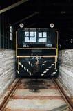 Εκλεκτής ποιότητας μαύρη χρωματισμένη ατμομηχανή σιδηροδρόμου του Πλύμουθ - εγκαταλειμμένη αποθήκη πυρομαχικών στρατού της Ιντιάν στοκ φωτογραφία με δικαίωμα ελεύθερης χρήσης