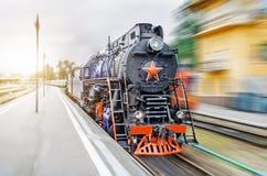 Εκλεκτής ποιότητας μαύρος εσπευσμένος σιδηρόδρομος τραίνων ατμού κινητήριος Η έννοια του τουρισμού είναι ένα αναδρομικό ταξίδι με Στοκ φωτογραφία με δικαίωμα ελεύθερης χρήσης