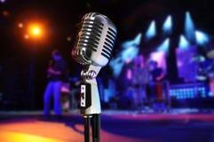 Εκλεκτής ποιότητας μικρόφωνο με τη συναυλία στην ανασκόπηση στοκ φωτογραφίες με δικαίωμα ελεύθερης χρήσης
