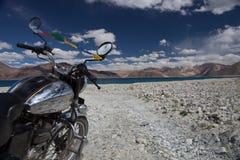 Εκλεκτής ποιότητας μοτοσικλέτα στο υπόβαθρο όμορφου Στοκ φωτογραφίες με δικαίωμα ελεύθερης χρήσης