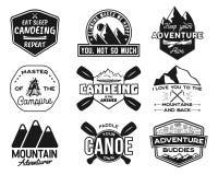 Εκλεκτής ποιότητας μπαλώματα λογότυπων κανό kayaking καθορισμένα Συρμένα χέρι σχέδια ετικετών στρατοπέδευσης Αποστολή βουνών, κωπ διανυσματική απεικόνιση