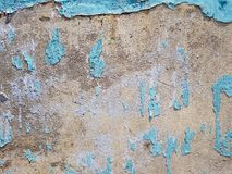 Εκλεκτής ποιότητας μπλε αποφλοίωση χρωμάτων από τον ανώμαλο τραχύ τοίχο σύστασης με το σιτάρι τσιμέντου και το αγροτικό υπόβαθρο  Στοκ φωτογραφίες με δικαίωμα ελεύθερης χρήσης