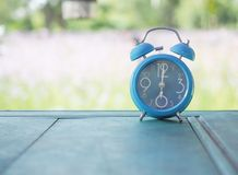 Εκλεκτής ποιότητας μπλε ρολόι στον ξύλινο πίνακα Στοκ Φωτογραφία