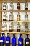 Εκλεκτής ποιότητας μπουκάλια ιατρικής σε Farmacia Francesa της Κούβας Στοκ Φωτογραφία
