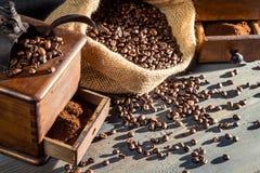 Εκλεκτής ποιότητας μύλοι και φασόλια καφέ στοκ εικόνες