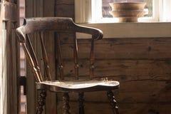 Εκλεκτής ποιότητας ξύλινη καρέκλα, παλαιό εξοχικό σπίτι δίπλα στο παράθυρο Στοκ φωτογραφία με δικαίωμα ελεύθερης χρήσης