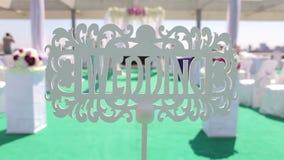 Εκλεκτής ποιότητας ξύλινη πινακίδα με το γάμο επιγραφής απόθεμα βίντεο