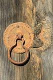 Εκλεκτής ποιότητας ξύλινη πόρτα παραθυρόφυλλων με μια λαβή πορτών υπό μορφή δαχτυλιδιού στοκ εικόνες