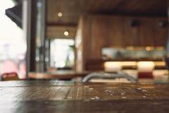 Εκλεκτής ποιότητας ξύλινος πίνακας με το υπόβαθρο θαμπάδων bokeh στοκ φωτογραφία