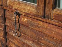 Εκλεκτής ποιότητας ξύλινο παράθυρο μπουλονιών στοκ εικόνες