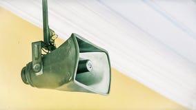 Εκλεκτής ποιότητας ομιλητές κέρατων σε ένα ανώτατο όριο Στοκ Εικόνες