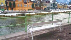 Εκλεκτής ποιότητας πάγκος στις όχθεις του ποταμού Traun, κακό Ischl, Salzkammergut, Αυστρία απόθεμα βίντεο