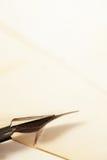 Εκλεκτής ποιότητας πέννα μελανιού και παλαιά έγγραφα Στοκ Φωτογραφία