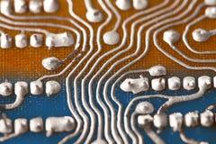 Εκλεκτής ποιότητας πίνακας κυκλωμάτων με τη συγκόλληση του ίχνους Πίσω πλευρών καφετί μπλε ηλεκτρονικό σχέδιο ύφους τσιπ αναδρομι Στοκ Φωτογραφίες