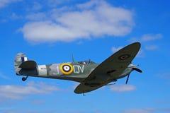 Εκλεκτής ποιότητας παγκόσμιος πόλεμος 2 Mark Vb spitfire κατά την πτήση againt ένας μπλε ουρανός με τα σύννεφα Στοκ Εικόνες