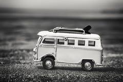 Εκλεκτής ποιότητας παιχνίδι τροχόσπιτων με τους κάνοντας σερφ πίνακες στην παραλία στοκ εικόνα με δικαίωμα ελεύθερης χρήσης