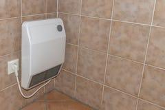 Εκλεκτής ποιότητας παλαιά ηλεκτρική θέρμανση σε ένα λουτρό στοκ φωτογραφία με δικαίωμα ελεύθερης χρήσης