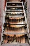 Εκλεκτής ποιότητας παλαιά ξύλινη σκάλα με το σκουριασμένο ζαρωμένο υπόβαθρο μετάλλων στοκ εικόνες