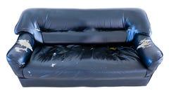 Εκλεκτής ποιότητας παλαιός σχισμένος grunge εγκαταλειμμένος καναπές ή καναπές στοκ φωτογραφία με δικαίωμα ελεύθερης χρήσης