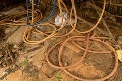 Εκλεκτής ποιότητας παλαιό Hosepipe στο συγκεκριμένο έδαφος - βρώμικο εγκαταλειμμένο κοτέτσι κοτόπουλου στοκ φωτογραφία με δικαίωμα ελεύθερης χρήσης