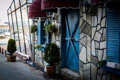 Εκλεκτής ποιότητας παράθυρο εστιατορίων με τα ζωηρόχρωμες παραθυρόφυλλα και την ομπρέλα Στοκ Φωτογραφία