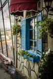 Εκλεκτής ποιότητας παράθυρο εστιατορίων με τα ζωηρόχρωμες παραθυρόφυλλα και την ομπρέλα Στοκ φωτογραφία με δικαίωμα ελεύθερης χρήσης