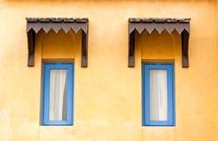 εκλεκτής ποιότητας παράθυρο τοίχων τσιμέντου κίτρινο Στοκ Φωτογραφία