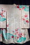 Εκλεκτής ποιότητας παραδοσιακό ιαπωνικό σχέδιο της Ιαπωνίας κιμονό μεταξιού στις ευπρέπειες Στοκ φωτογραφίες με δικαίωμα ελεύθερης χρήσης