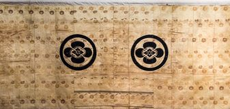Εκλεκτής ποιότητας παραδοσιακό ιαπωνικό σχέδιο της Ιαπωνίας κιμονό μεταξιού στις ευπρέπειες Στοκ Φωτογραφία