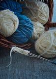 Εκλεκτής ποιότητας πλέκοντας βελόνες και νήμα σε ένα ξύλινο υπόβαθρο στοκ εικόνα με δικαίωμα ελεύθερης χρήσης