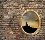 Εκλεκτής ποιότητας πλαίσιο με τη σκιαγραφία της Βενετίας σε έναν παλαιό τουβλότοιχο στοκ φωτογραφία με δικαίωμα ελεύθερης χρήσης