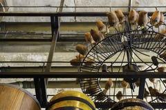 Εκλεκτής ποιότητας πολυέλαιος και ομάδα ξύλινης γλυπτικής πουλιών Στοκ Φωτογραφίες