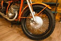Εκλεκτής ποιότητας πορτοκαλιά λεπτομέρεια μοτοσικλετών Μίλησε τη ρόδα και τη μηχανή Στοκ φωτογραφία με δικαίωμα ελεύθερης χρήσης