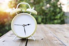Εκλεκτής ποιότητας πράσινο ξυπνητήρι στοκ εικόνα με δικαίωμα ελεύθερης χρήσης