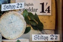 Εκλεκτής ποιότητας πρότυπο καταστημάτων τυριών Παλαιά αγγλικά stilton και τυρί Cheddar DIS στοκ εικόνα με δικαίωμα ελεύθερης χρήσης