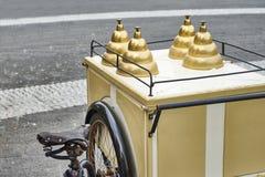 Εκλεκτής ποιότητας πωλητής παγωτού με το ποδήλατο στην οδό Στοκ Εικόνα